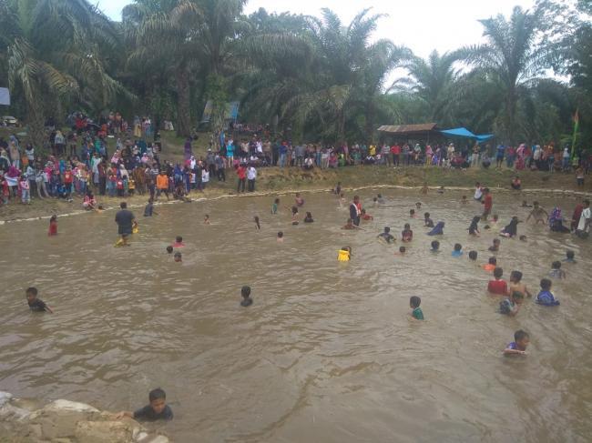 Ratusan Warga Tanjung Alai Mancokau Ikan Secara Bersama di Sungai Ampuang