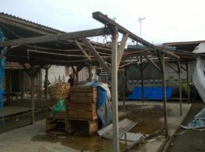 Rumah Warga dan Los Pasar Desa Tri Manunggal Diterjang Angin Puting Beliung