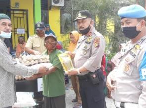 Kapolsek Tapung Salurkan Bantuan Sembako dari Bhayangkari untuk Warga Kurang Mampu