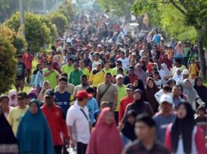 Cagubri Arsyadjuliandi Rachman Bawa Istri Jalan Santai Bersama Ribuan Masyarakat Pandau Jaya