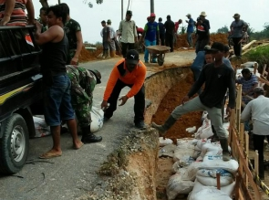 Lima Bulan Jalan Kabupaten  Ambruk di Desa Salo, Akhir Nurzali Turun Tangan