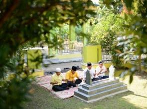 Andi Rachman Ziarah ke Makam Almarhum Kang Soegianto, Tokoh Golkar Riau