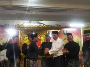 Perdamaian Kordias - Suhardiman Amby, Memakai Adat Melayu