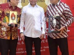 Menaker RI Serahkan Award IHCA IV 2018 Untuk Duo Irvandi