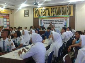 Polresta Pekanbaru lakukan pembinaan pelajar berprestasi untuk jadi Polisi.