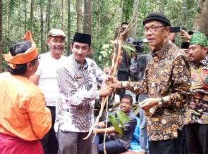 Kades Petapahan serahkan Dokumen usulan hutan adat kepada Bupati Kampar