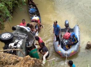 Akibat Supir Mengantuk, Mobil Terjun Ke Sungai,  2 Orang Ditemukan Tewas