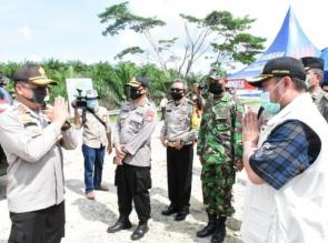 Bersama Kapolda Riau, Bupati Kampar Cek Arus Lalu Lintas di Posko Penagangan Covid-19 Sumbar - Riau