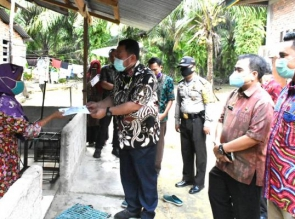 Berangkat Siap Sahur, Bupati Kampar Serahkan BLT Dana Desa Gunung Sari.