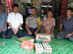 Jumat Barokah, Bhabinkamtibmas Polsek Tapung Hilir Bersama Perangkat Desa Bantu Warga