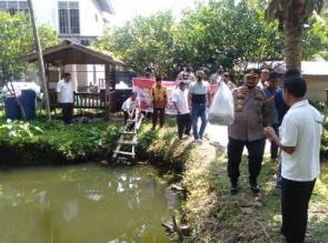 Jelang Hari Bhayangkara ke-74, Polsek Tapung Berikan 10 ribu Bibit Ikan di Desa Sei Lambu Makmur