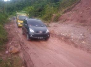 Longsor Dekat Batas Sumbar Riau, Petugas Kepolisian Berlakukan System Buka Tutup