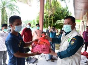 Bupati Kampar serahkan sembako di Kecamatan Rumbio Jaya