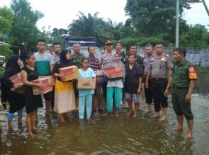 Kapolsek Dan Danramil Rumbai Pesisir Sambangi Kediaman Warga Korban Banjir