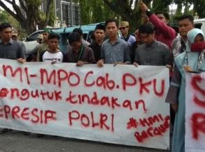 HMI MPO Cabang Pekanbaru Lakukan Asik Soldaritas di Depan Mapolda Riau