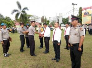 Polres Kampar Berikan Reward kepada Polisi Teladan dan 12 Personel yang Berprestasi