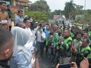 Cegah Penyebaran Covid 19, DPRD Riau Bagikan Hand Sanitizer Ke Pengemudi Ojek Online