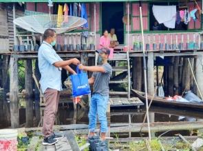 Kumpulkan Dana Swadaya Peduli Covid-19 Lagi, Karyawan RAPP dan APR Serahkan Bantuan Sembako