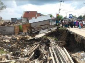 Longsor di Tembilahan, Rumah Warga Ambruk Jalan Raya Nyaris Putus
