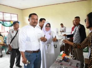 Bupati Dan Istri Mencoblos di TPS 02 desa Sei Lembu Makmur Tapung.