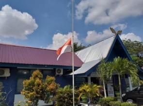 Penghormatan Untuk Bupati, Bendera Merah Putih Setengah Tiang Berkibar Di Kantor Diskominfo Kampar