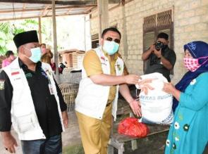 Dampak Pandemi Covid-19, Bupati Kampar Bagikan 950 Paket Sembako.