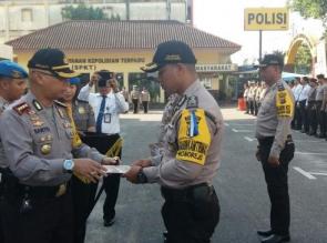 Polresta Pekanbaru gelar upacara kenaikan pangkat dan beri penghargaan personel yang beprestasi.