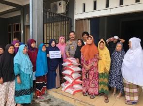 Bantu Warga Dampak Pandemi Covid 19, Polsek Tapung Bersama Bhayangkari Bagikan Sembako