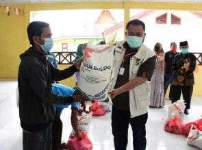Bupati Catur Serahkan 5,59 Ton Beras dan 559 Paket di Kecamatan Tapung