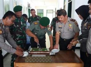 HARI JUANG KARTIKA  KE-72 TNI AD : Polsek Kota Antar Kue Ke Koramil 02/ Kota Pekanbaru