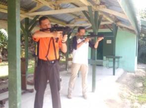 Kapolres Kampar Pimpim Latihan Menembak di Lapangan Batalyon 132/BS.