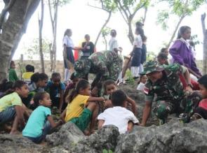 Ajarkan Kebersamaan, Satgas Yonif 132/BS, Ajak Anak Sekolah Gotong Royong bersihkan Lingkungan