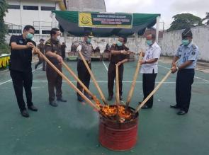 Polresta Pekanbaru Hadiri Pemusnahan Barang Bukti Tindak Pidana Di Kejaksaan Negeri Pekanbaru