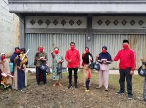 Berikan Sembako, Ketua PDI P Riau H. Zukri Berbagi Tips Lawan Corona