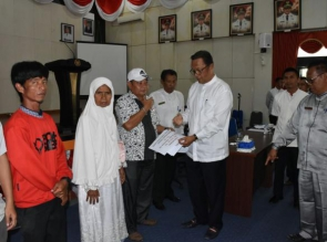 Bupati H. Aziz Zainal Serahkan Ganti Rugi Pasar Danau.