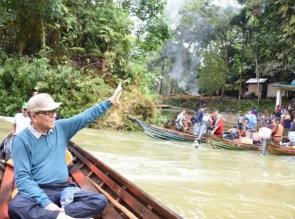 Sungai Subayang Meluap Bupati Kampar Azis Zaenal Tetap Terobos Desa Terisolir