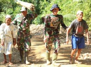 TNI YANG HUMANIS TAMPAK PADA TMMD KE 105 KODIM 0313/KPR