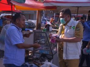 Cegah Penyebaran Covid-19 , Bupati Kampar Bagikan Masker Kepada Pedagang Dan Pengunjung Pasar