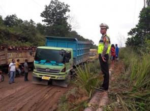 Satuan Lalu Lintas Polres Kampar Lakukan Giat Perbaiki Jalan Rusak