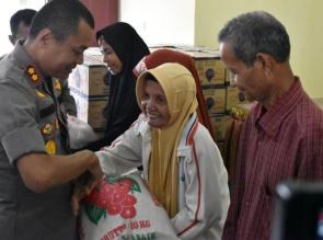 Kapolres Kampar Bantu 100 Warga Kurang Mampu di Kecamatan Salo
