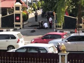 BREAKING NEWS: Mapolda Riau Diduga Diserang Teroris,  Tiga Pelaku Ditembak !