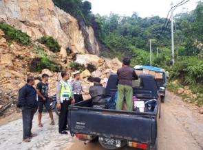 Jalan Riau Sumbar di Km 77 Longsor