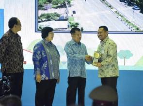 Plt. Bupati Kampar Terima Anugerah Piala Adipura.