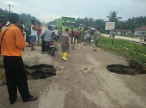 Jalan Lintas Petapahan Km 46 Rusak Berat, Kendaraan Berat Lewat Jalan Alternatif