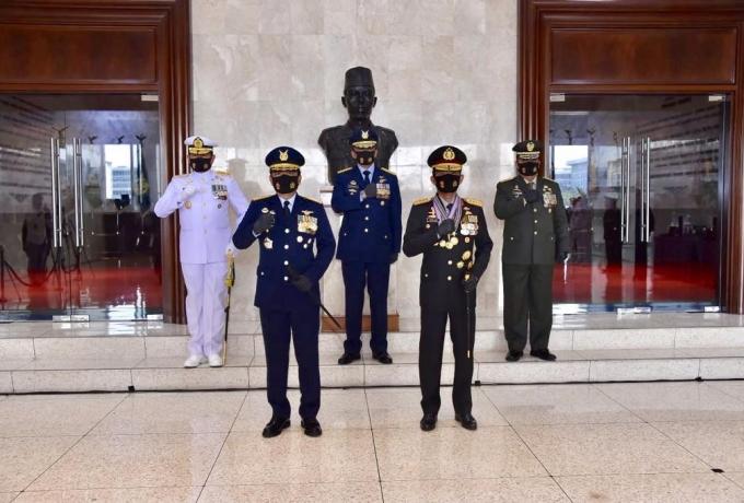 Panglima TNI Anugerahkan 3 Bintang Utama kepada Kapolri