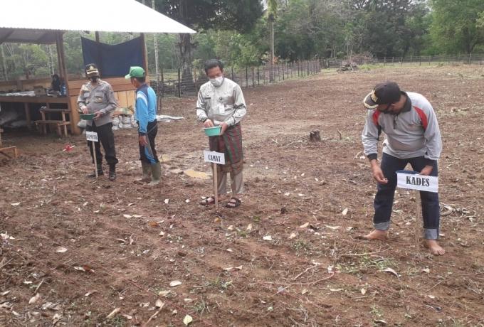 Polsek Kuantan Tengah dan warga bercocok tanam di Kampung Tangguh