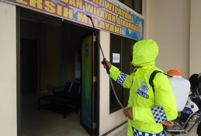 Polres Kampar Lakukan Penyemprotan Desinfektan Secara Rutin Ditempat Pelayanan Publik