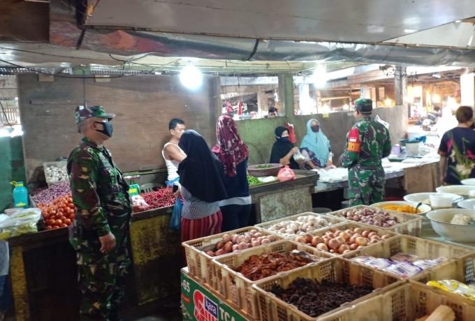 Tni Ajak Warga Pengunjung Pasar Pakai Masker dan Terapkan Disiplin Protokol Kesehatan