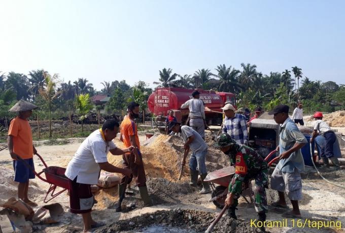 TNI Bersama Warga Bangun TPA di Desa Binaan