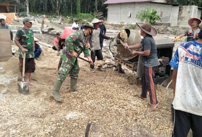 Waspada Banjir, TNI Bersama Warga Karya Bakti Membuat Saluran Air